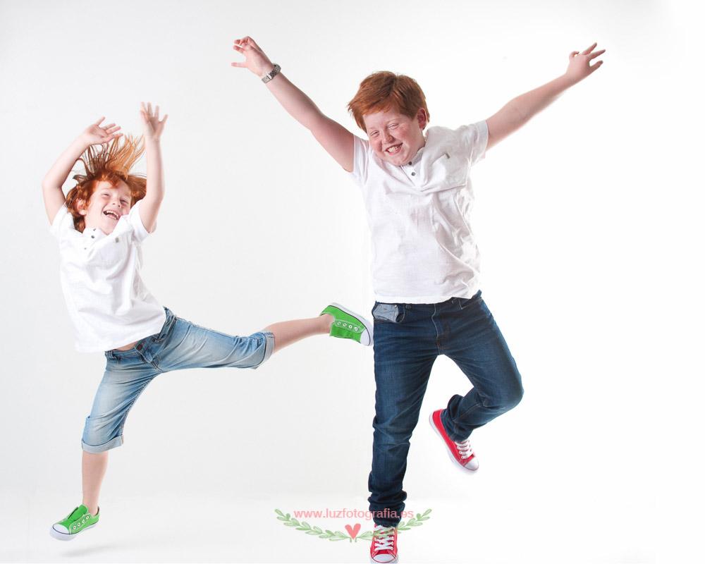 Fotos de Niños en estudio fotografico divertidas en Madrid